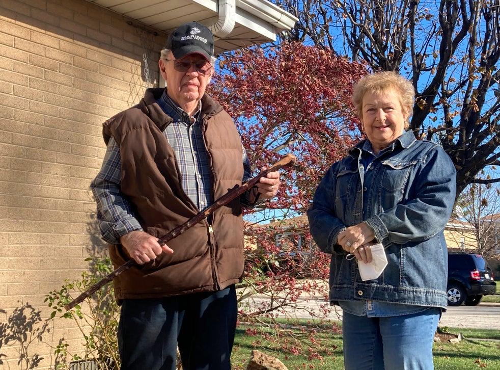 <p>Dan Donovan, junto a su esposa Barbara, sostiene el bastón con el que expulsó a varios ladrones de su casa en Niles, Illinois, EEUU. Donovan, un ex marine de 81 años, utilizó el bastón de su abuelo para espantar a los ladrones, a uno de los cuales golpeó en la cabeza.</p>