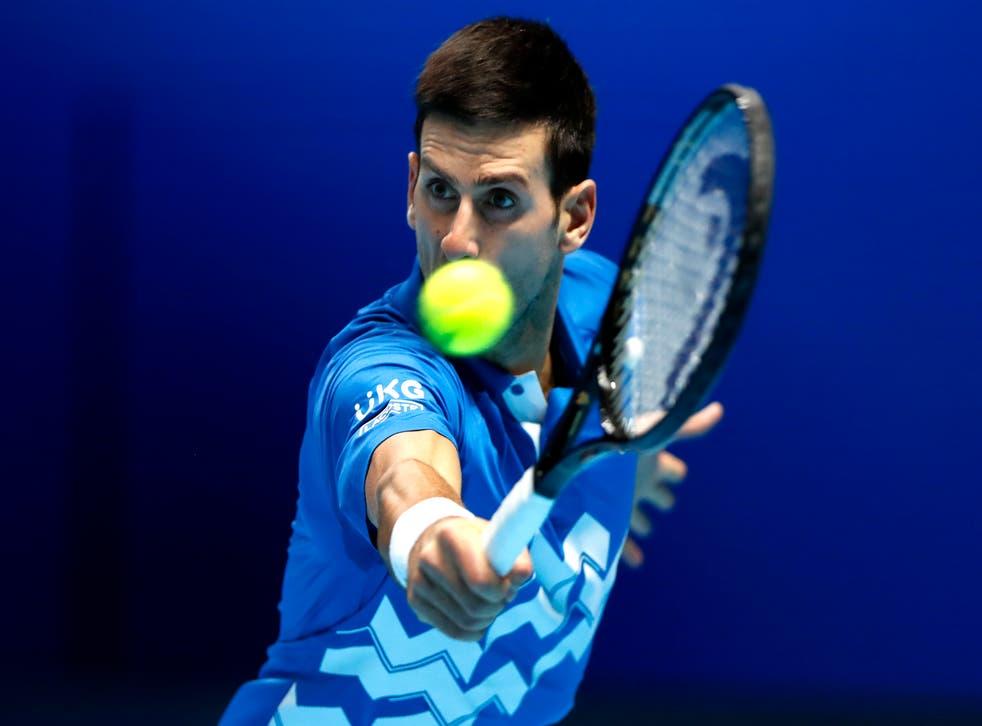 <p>El serbio Novak Djokovic devuelve un tiro del alemán Alexander Zverev en su duelo en la Copa Masters de la ATP, en la Arena O2 de Londres, el viernes 20 de noviembre de 2020.</p>