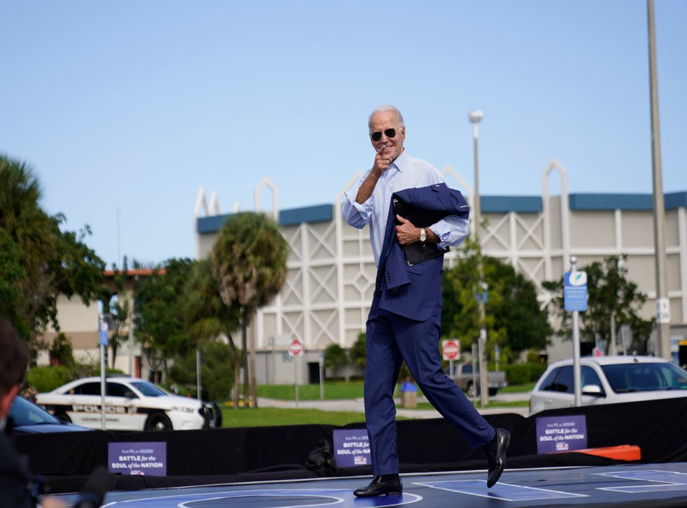 <p>En esta foto del 29 de octubre del 2020, el entonces candidato presidencial demócrata Joe Biden sale del escenario tras hablar en un acto de campaña en Coconut Creek, Florida. El presidente electo Biden añadió a cuatro veteranos de la administración Obama a su equipo de la Casa Blanca.</p>