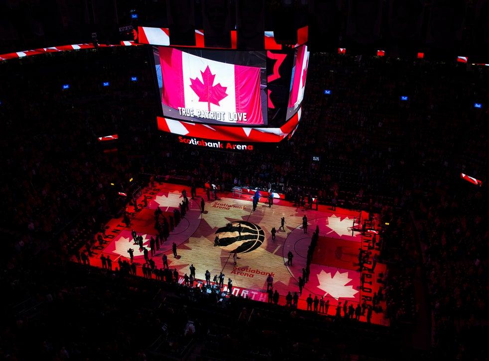 <p>En imagen de archivo del 16 de abril de 2019, los aficionados entonan el himno nacional de Canadá antes del segundo partido de la primera ronda de playoffs de la NBA entre los Raptors de Toronto y el Magic de Orlando, en Toronto.</p>