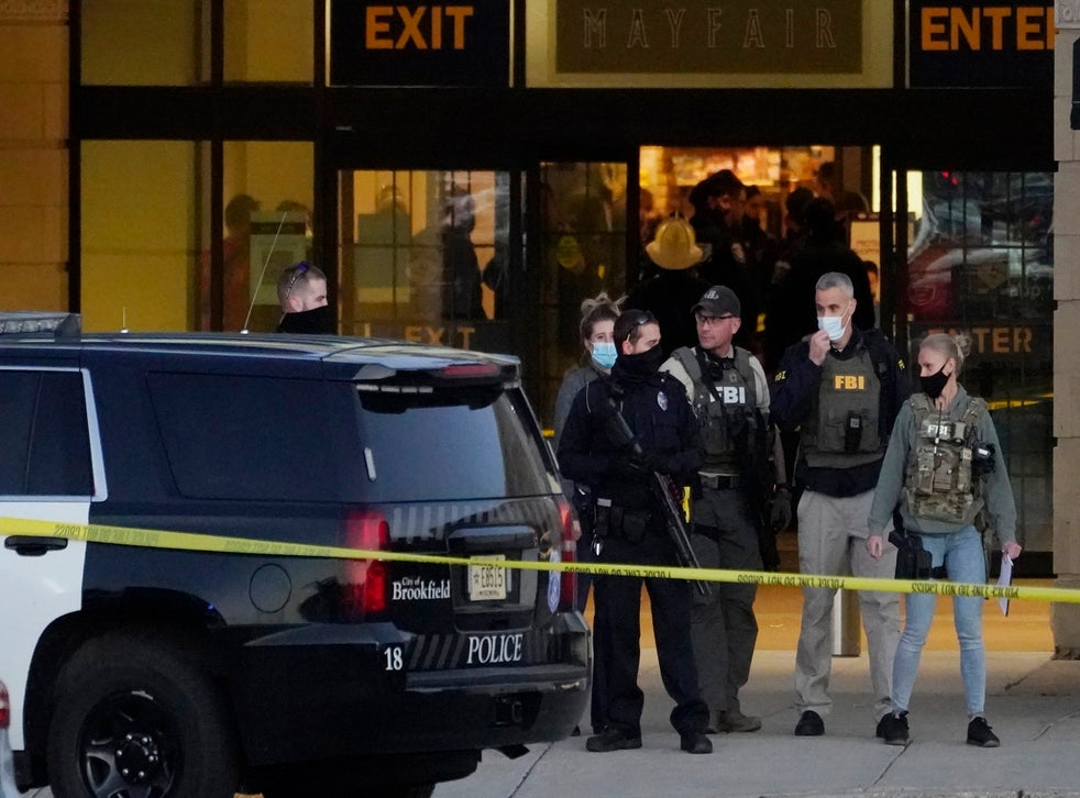 <p>Agentes del FBI y la policía están en las afueras del centro comercial Mayfair Mall tras un tiroteo el viernes, 20 de noviembre del 2020, en Wauwatosa, Wisconsin. Varias personas resultaron heridas, ninguna de gravedad, en el tiroteo. El alcalde de Wauwatosa Dennis McBride dijo que el sospechoso seguía a la fuga.</p>