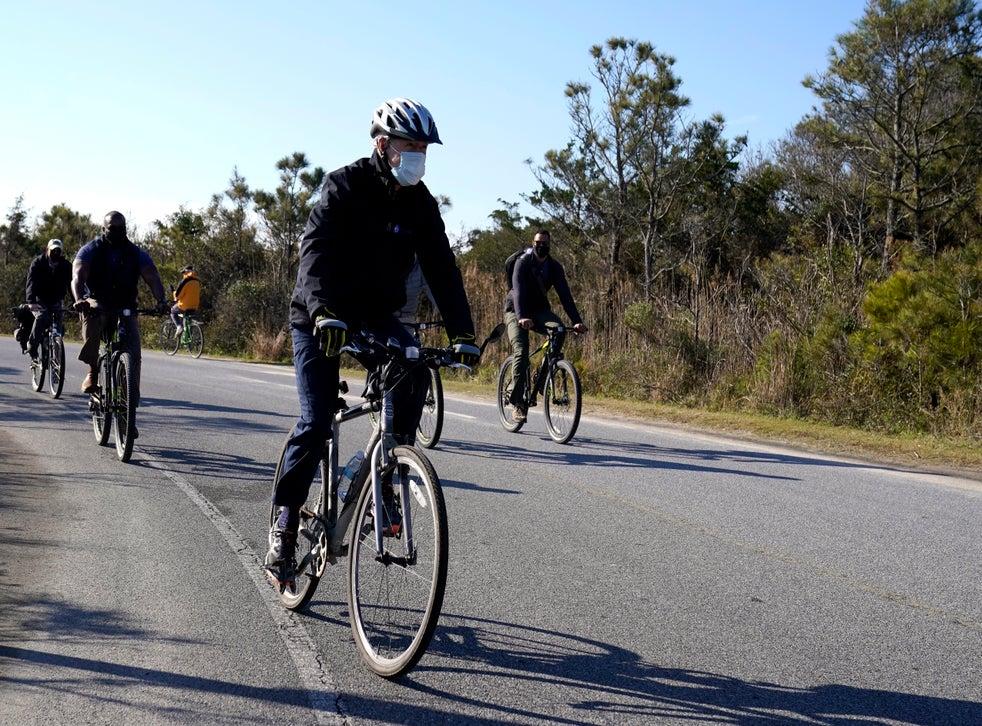 <p>En esta fotografía del 14 de noviembre de 2020, el presidente electo Joe Biden recorre en bicicleta el parque estatal Cape Henlopen en Lewes, Delaware.</p>