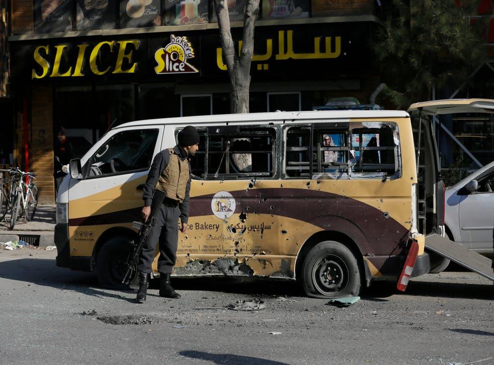 <p>Un miembro de las fuerzas de seguridad de Afganistán revisa un auto destrozado por un ataque con mortero en Kabul, Afganistán, el 21 de noviembre de 2020.</p>