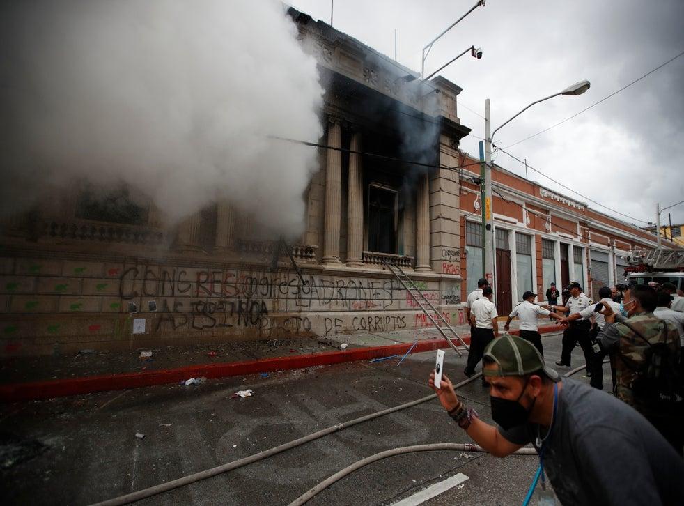 <p>Nubes de humo salen desde el edificio del Congreso después de que manifestantes le prendieran fuego, en la Ciudad de Guatemala, el sábado 21 de noviembre de 2020. Centenares de manifestantes protestaban en varias partes del país el sábado contra el presidente guatemalteco Alejandro Giammattei y miembros del Congreso por la aprobación del presupuesto 2021 que redujo los fondos para educación, salud y lucha por los derechos humanos.</p>