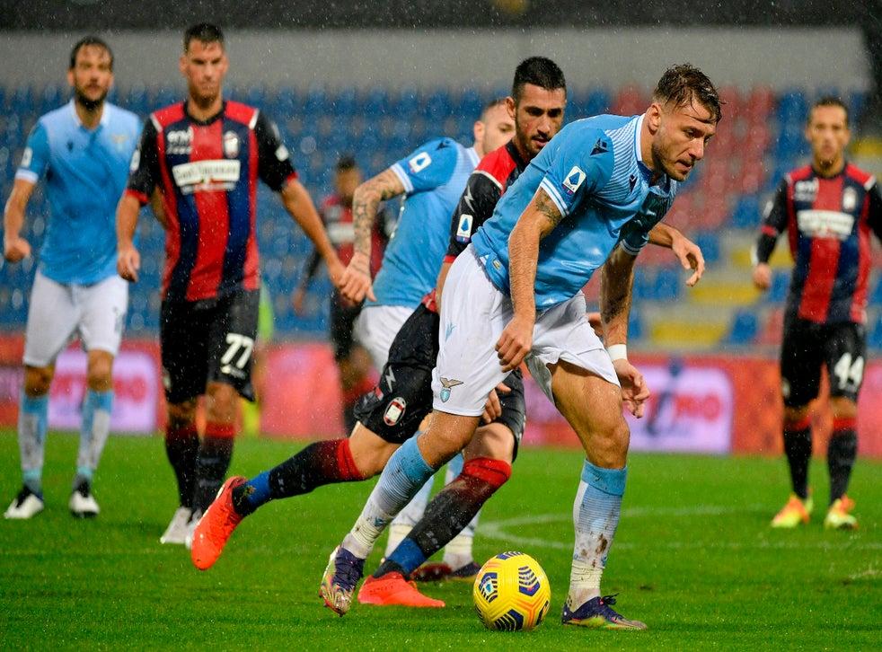 <p>El artillero de Lazio Lazio's Ciro Immobile avanza con el balón en un partido de la Serie A italiana contra Crotone el sábado, 21 de noviembre del 2020.</p>