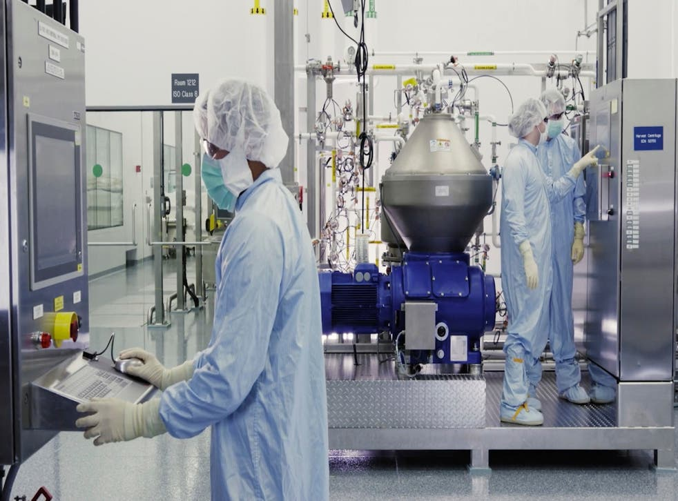 <p>En esta imagen sin fecha tomada de un video proporcionado por Regeneron Pharmaceuticals el viernes 2 de octubre de 2020, unos científicos trabajan en una instalación de la compañía en Nueva York.&nbsp;</p>