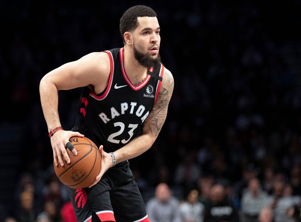 <p>En esta foto del 4 de enero de 2020, Fred VanVleet, base de los Raptors de Toronto, busca enviar un pase durante un encuentro ante los Nets de Brooklyn, en Nueva York.</p>