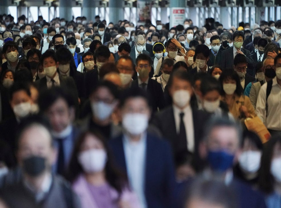 <p>Centenares de pasajeros con mascarillas caminan por el pasillo de una estación de transporte colectivo durante una hora pico en Tokio el viernes 20 de noviembre de 2020.</p>