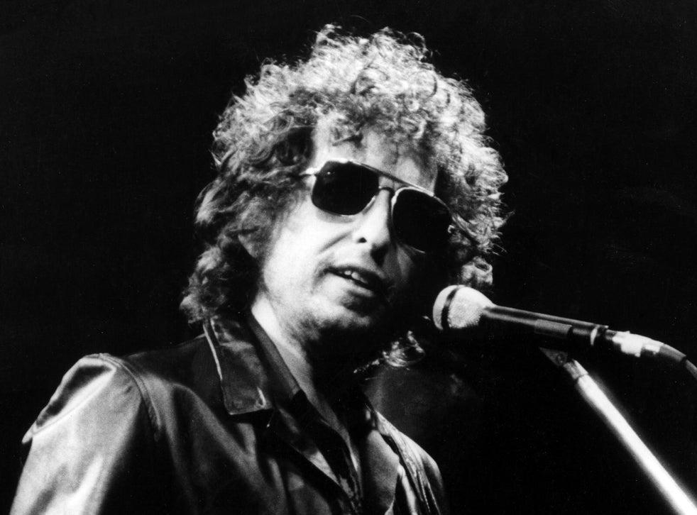 <p>Los artículos también incluían letras que Dylan escribió después de visitar a la leyenda popular Woody Guthrie en mayo de 1962.</p>