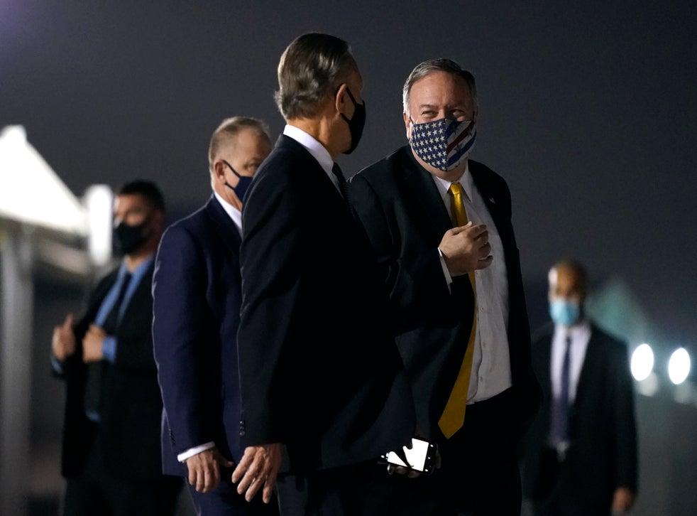 <p>El secretario de Estado de EEUU, Mike Pompeo, al centro, en el aeropuerto Al Bateen de Abu Dabi antes de viajar a Arabia Saudí el 22 de noviembre de 2020.&nbsp;</p>