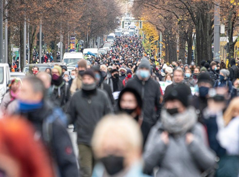 <p>Varias personas que protestan contra las restricciones impuestas debido al coronavirus en Alemania han tratado de presentarse como víctimas de la persecución del gobierno.</p>