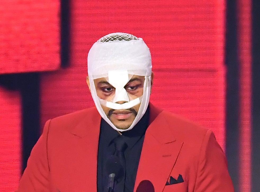 The Weeknd acepta el premio al álbum favorito de soul / R&B en el escenario de los American Music Awards 2020