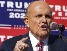 Rudy Giuliani critica a una estación de radio por deslindarse de sus comentarios
