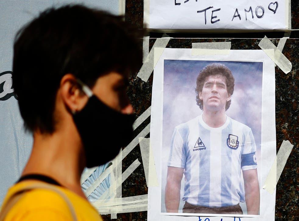<p>OLIVOS, ARGENTINA - NOVIEMBRE 04: Una mujer pasa por delante de una imagen de Diego Maradona colocada en las afueras de la Clínica Olivos el 4 de noviembre de 2020 en Olivos,</p>