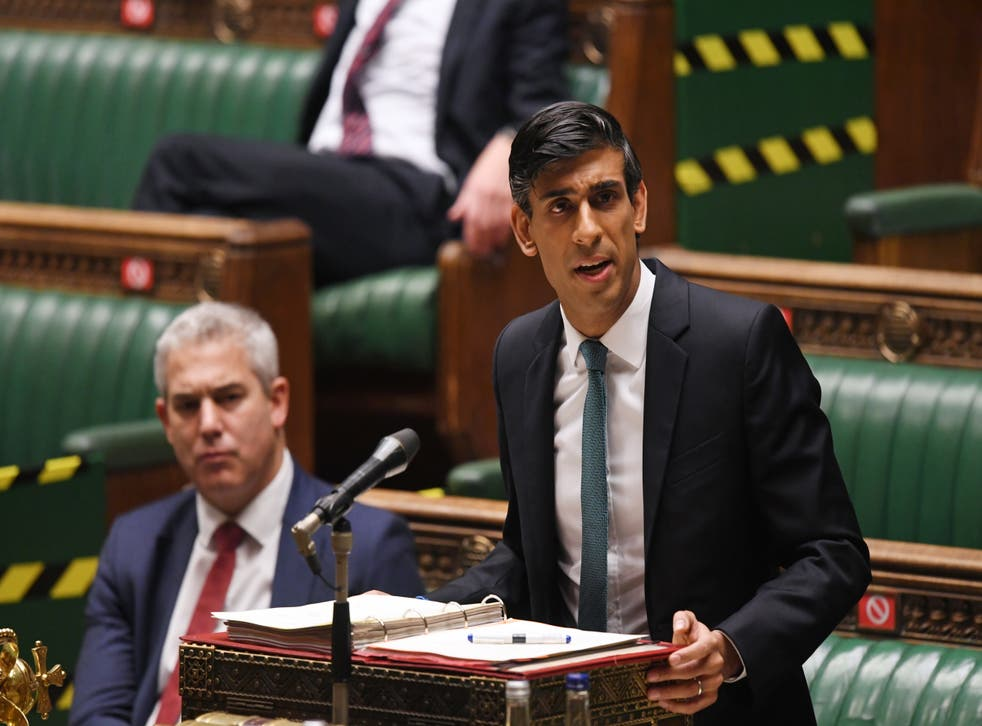 El canciller Rishi Sunak entrega su revisión de gastos en la Cámara de los Comunes