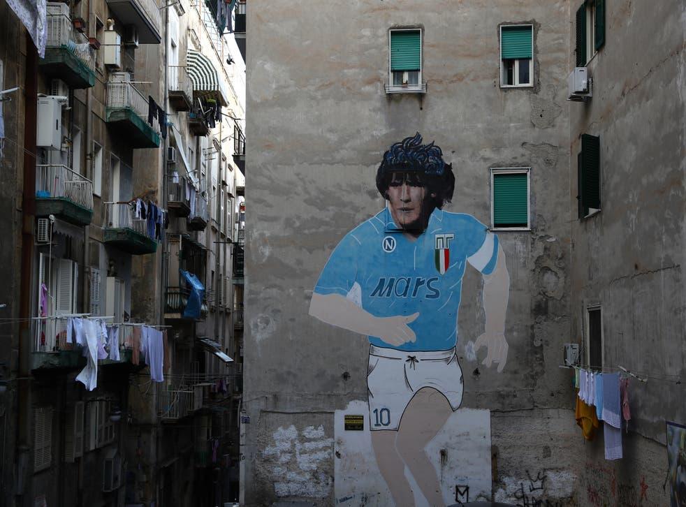 NAPOLES, ITALIA - 25 DE FEBRERO: Arte callejero mostrando al ex jugador de Nápoles Diego Maradona en la ciudad de Nápoles antes del partido de ida de los octavos de final de la UEFA Champions League entre el SSC Napoli y el FC Barcelona en el Stadio San Paolo el 25 de febrero de 2020 en Nápoles, Italia.