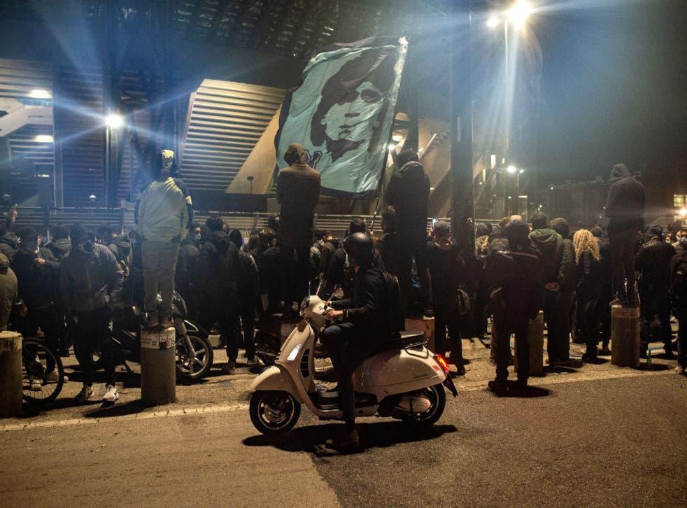 <p>Miles de personas han salido a las calles para expresar su tristeza por la muerte de Maradona</p>