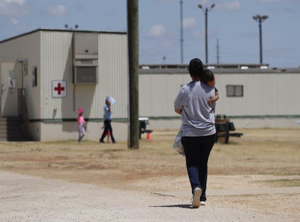 En esta imagen de archivo, tomada el 23 de agosto de 2019, solicitantes de asilo caminan por el interior del Centro Residencial de Familias del Sur de Texas, un centro de detención del ICE, en Dilley, Texas.