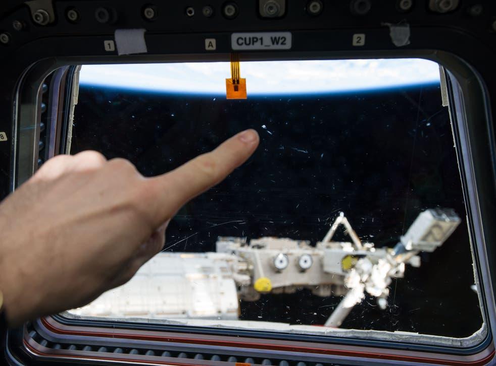 El primer plano de pequeñas marcas se confundió con objetos voladores distantes no identificados desde la ventana de la ISS