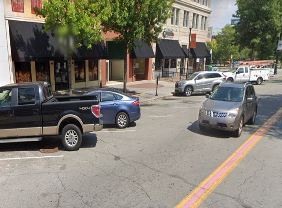Seis personas recibieron disparos, una de ellas mortalmente, fuera del bar Thirsty Turtle en Macon, Georgia, el día de Acción de Gracias.