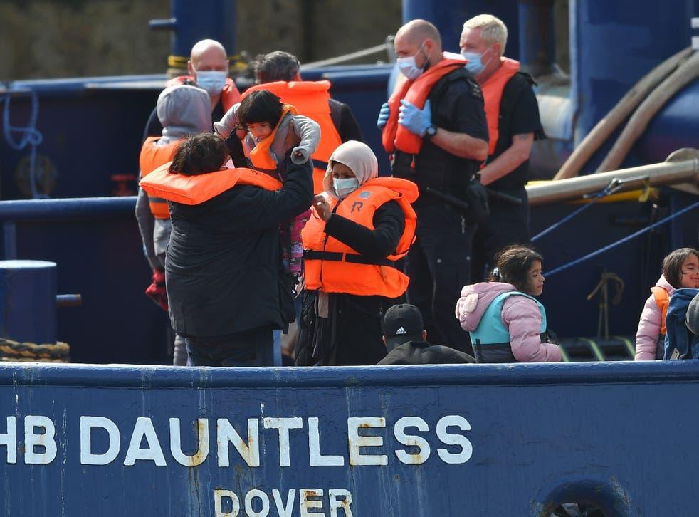 <p>Waleed, de 29 años, un migrante kuwaití, sube a un niño a bordo del remolcador DHB Dauntless cuando la Fuerza Fronteriza del Reino Unido lo lleva a la costa después de cruzar ilegalmente el Canal de la Mancha desde Francia en un bote el 11 de septiembre de 2020.</p>