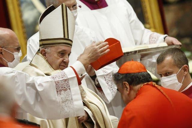 El nuevo cardenal mexicano Felipe Arizmendi Esquivel recibe su capelo cardenalicio del papa Francisco durante una ceremonia del consistorio donde 13 obispos fueron ascendidos a rango de cardenal en la Basílica de San Pedro en el Vaticano, el sábado 28 de noviembre de 2020
