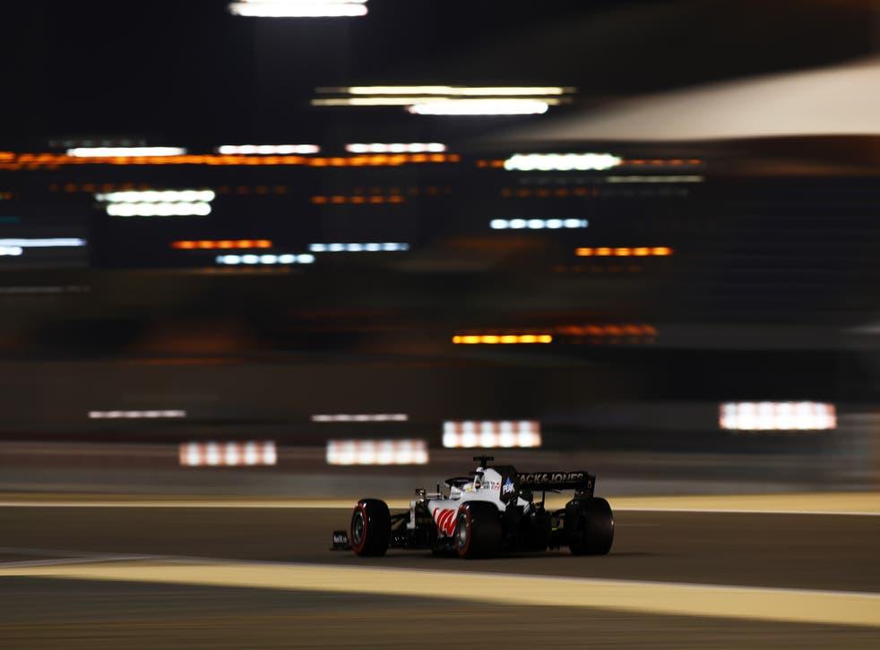 BAHREIN, BAHREIN - 28 DE NOVIEMBRE: Romain Grosjean de Francia conduciendo el (8) Haas F1 Team VF-20 Ferrari en la pista durante la calificación previa al Gran Premio de F1 de Bahrein en el Circuito Internacional de Bahrein el 28 de noviembre de 2020 en Bahrein, Bahrein.