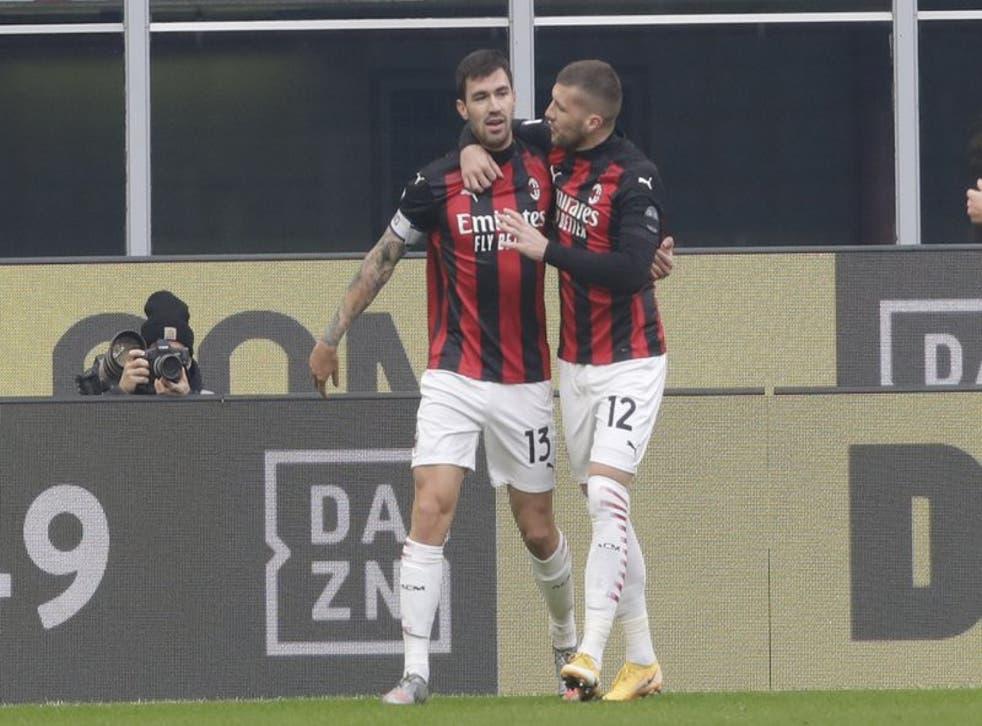 Alessio Romagnoli del Milan celebra tras anotar el primer gol de su equipo.