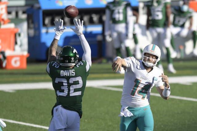 Ashtyn Davis (32), izquierda, de los Jets de Nueva York, trata de bloquear un pase del quarterback Ryan Fitzpatrick, de los Dolphins de Miami, en el duelo de NFL del domingo 29 de noviembre de 2020, en East Rutherford, Nueva Jersey.