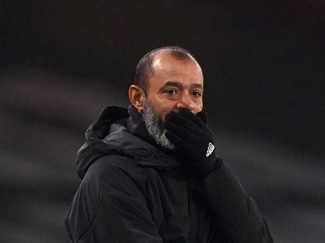 <p>El técnico de los Wolves, Nuno Espirito Santo, estaba visiblemente preocupado por su jugador.</p>