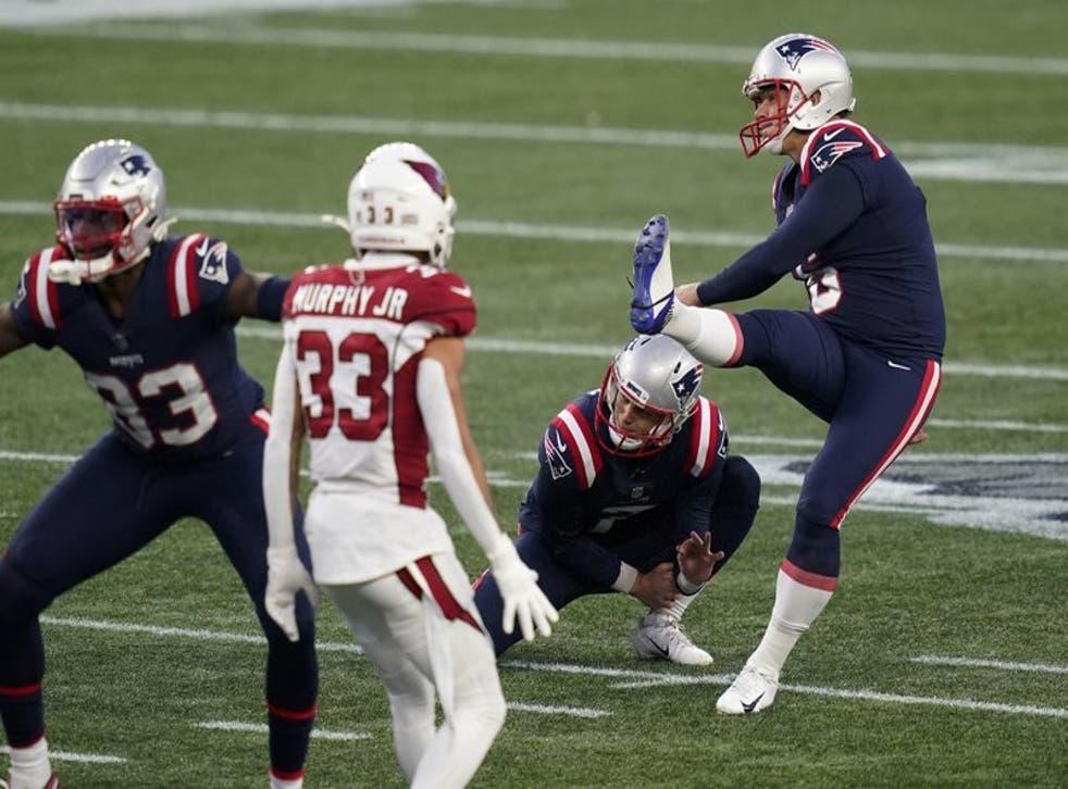 El pateador de los Patriots de Nueva Inglaterra Nick Folk para el gol de campo con el que aseguró el triunfo de su equipo ante los Cardinals.