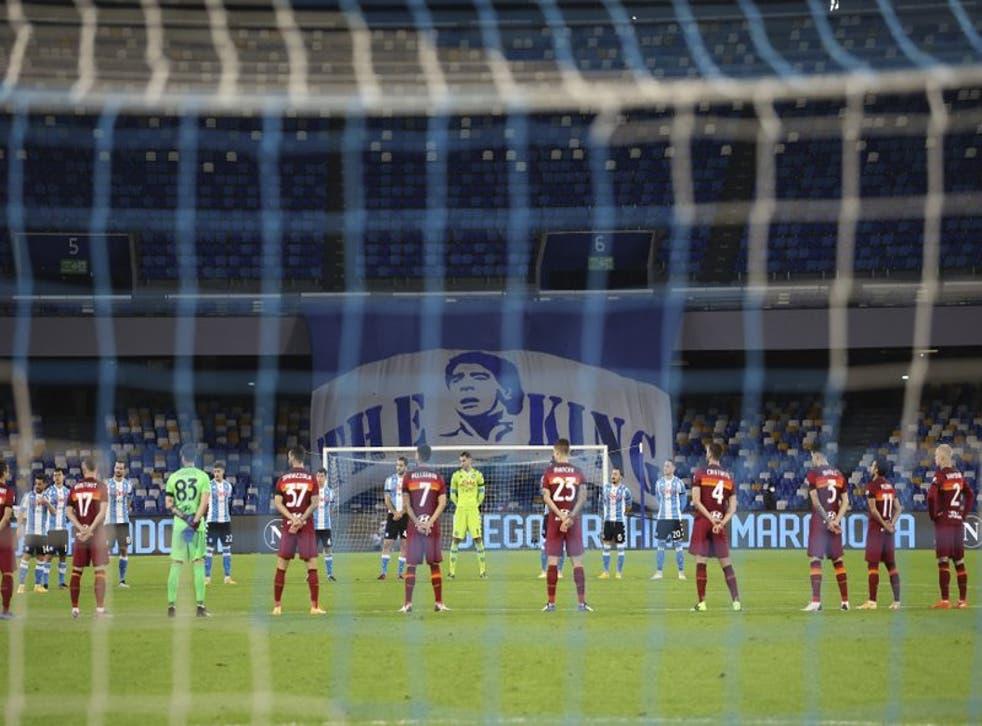 Los jugadores del Napoli y la Roma guardan un minuto de silencio en honor al fallecido Diego Armando Maradona, antes del partido por la Serie A .