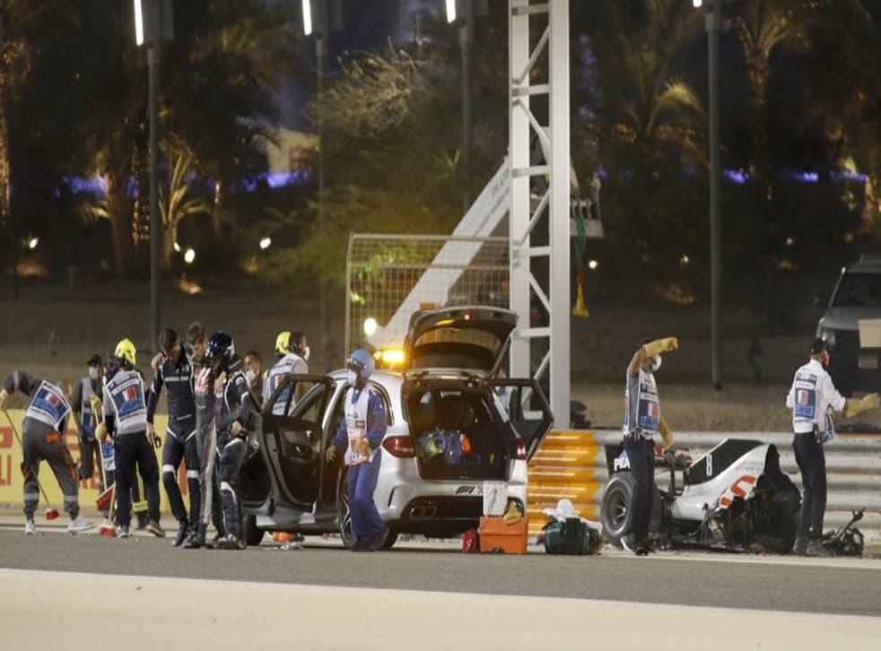 El piloto Romain Grosjean del equipo Haas recibe auxilio tras estrellar su monoplaza en el Gran Premio de Bahréin.