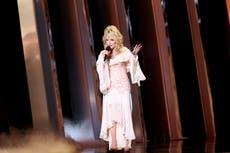 """Dolly Parton """"lloró toda la noche"""" por una disputa con Elvis Presley"""