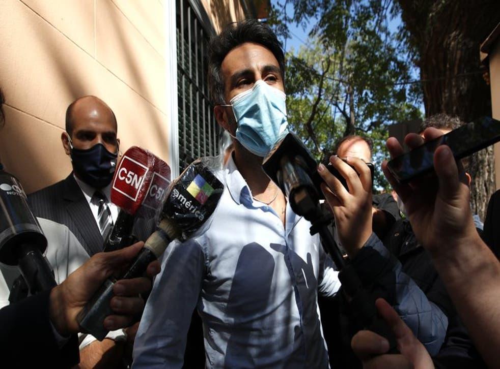 El neurocirujano Leopoldo Luque, exmédico personal de Diego Maradona, llega a la fiscalía en Buenos Aires.