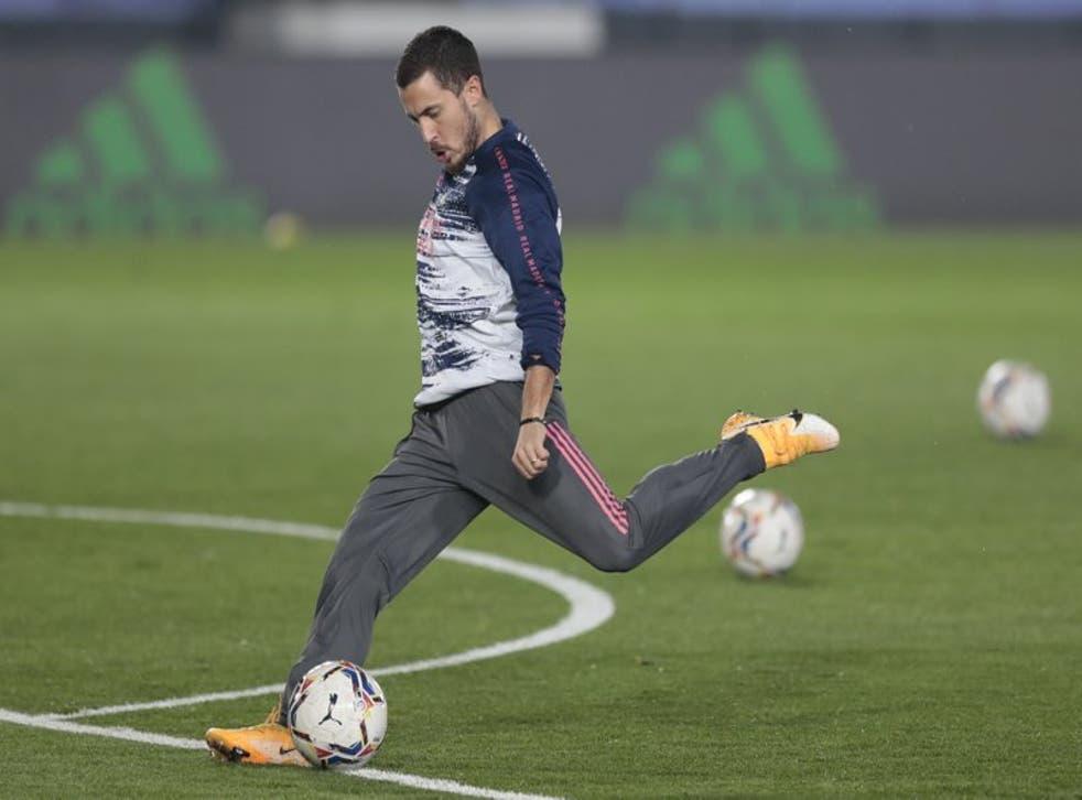 Eden Hazard del Real Madrid patea el balón durante el calentamiento previo al partido contra el Alavés.