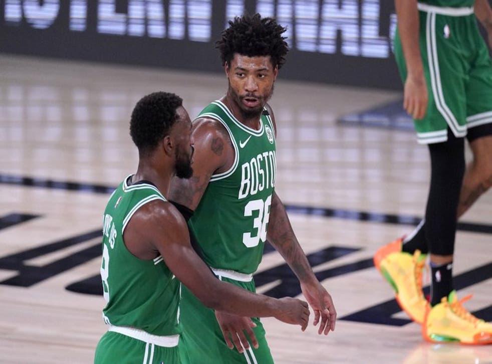 Kemba Walker y Marcus Smart, de los Celtics de Boston, conversan durante el tercer duelo de la final de la Conferencia ante el Heat.