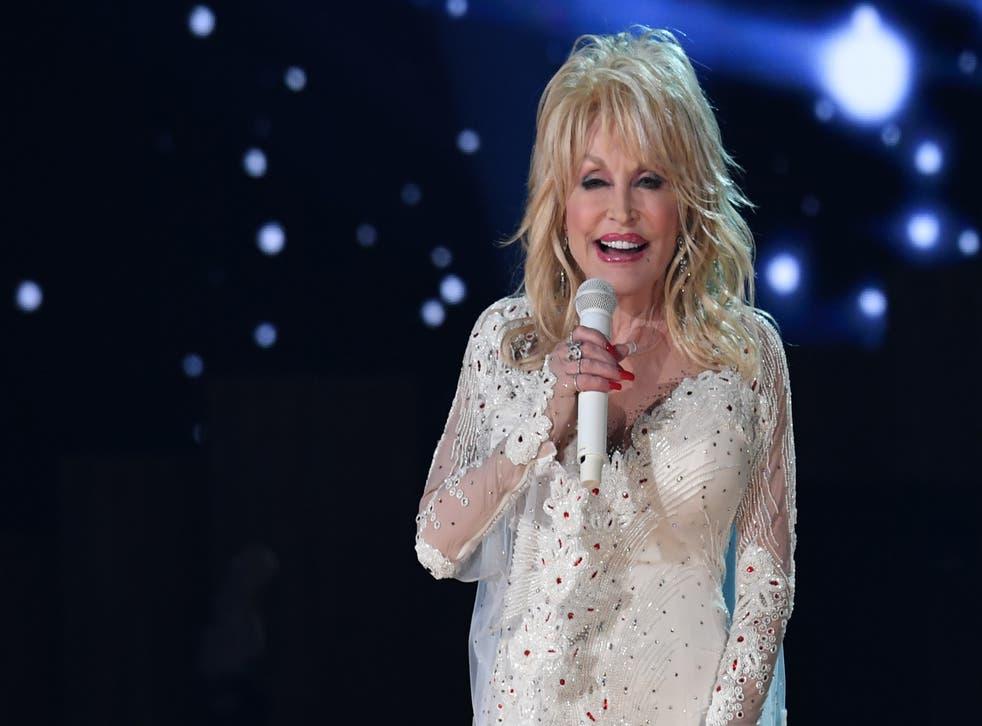 <p>Hillary Clinton ha instado a Joe Biden a otorgarle a Dolly Parton la Medalla presidencial de la Libertad.</p>