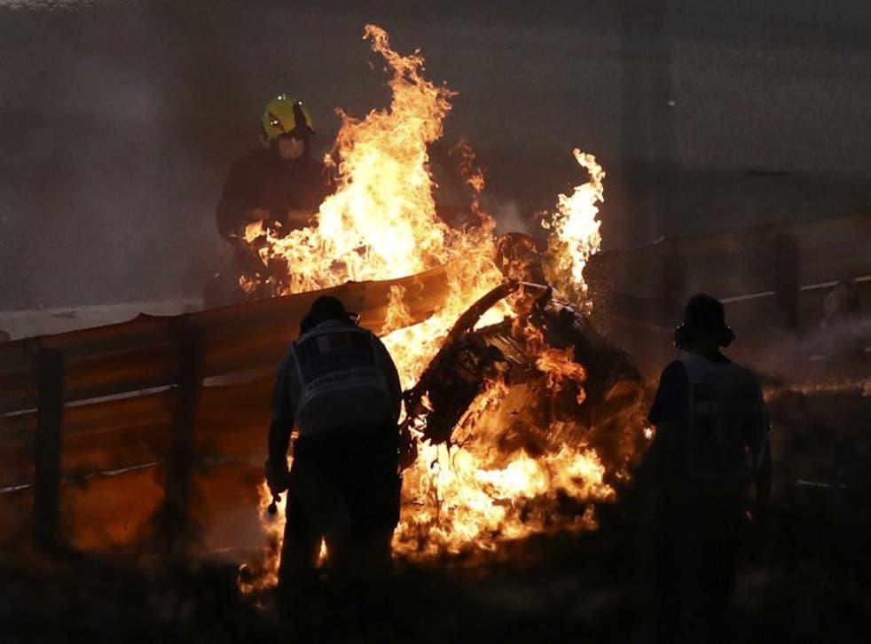 Las llamas devoran el monoplaza Haas del piloto francés Romain Grosjean tras chocar durante el Gran Premio de Bahréin.