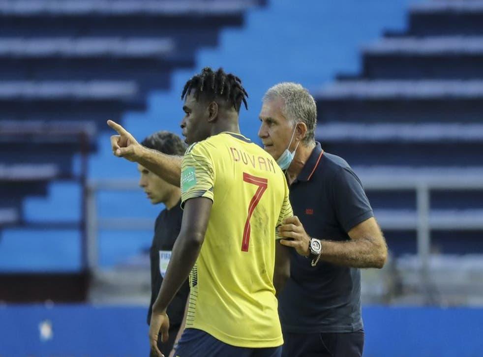 El técnico de Colombia Carlos Queiroz dando instrucciones a Duvan Zapata durante el partido contra Uruguay por las eliminatorias del Mundial, el viernes 13 de noviembre de 2020, en Barranquilla.