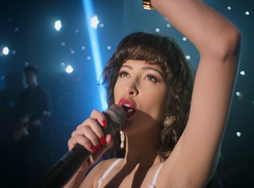 """<p>Christian Serratos como Selena Quintanilla en una imagen de """"Selena: The Series"""".</p>"""