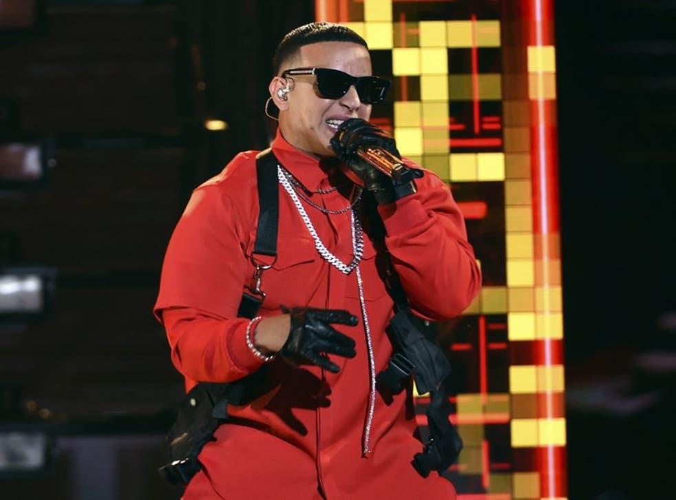 """<p>Daddy Yankee canta en la ceremonia de los Latin American Music Awards, en Los Ángeles, en esta foto del 17 de octubre del 2019. El viernes 6 de diciembre del 2020, el astro del reggaetón lanzará la primera parte de """"DY2K20"""", una versión digital de su serie de 12 conciertos del año pasado en el Coliseo de Puerto Rico José Miguel Agrelot, """"Con Calma Pal 'Choli"""". El espectáculo, dividido en tres partes, estará disponible gratis en el canal de YouTube de Daddy Yankee.</p>"""