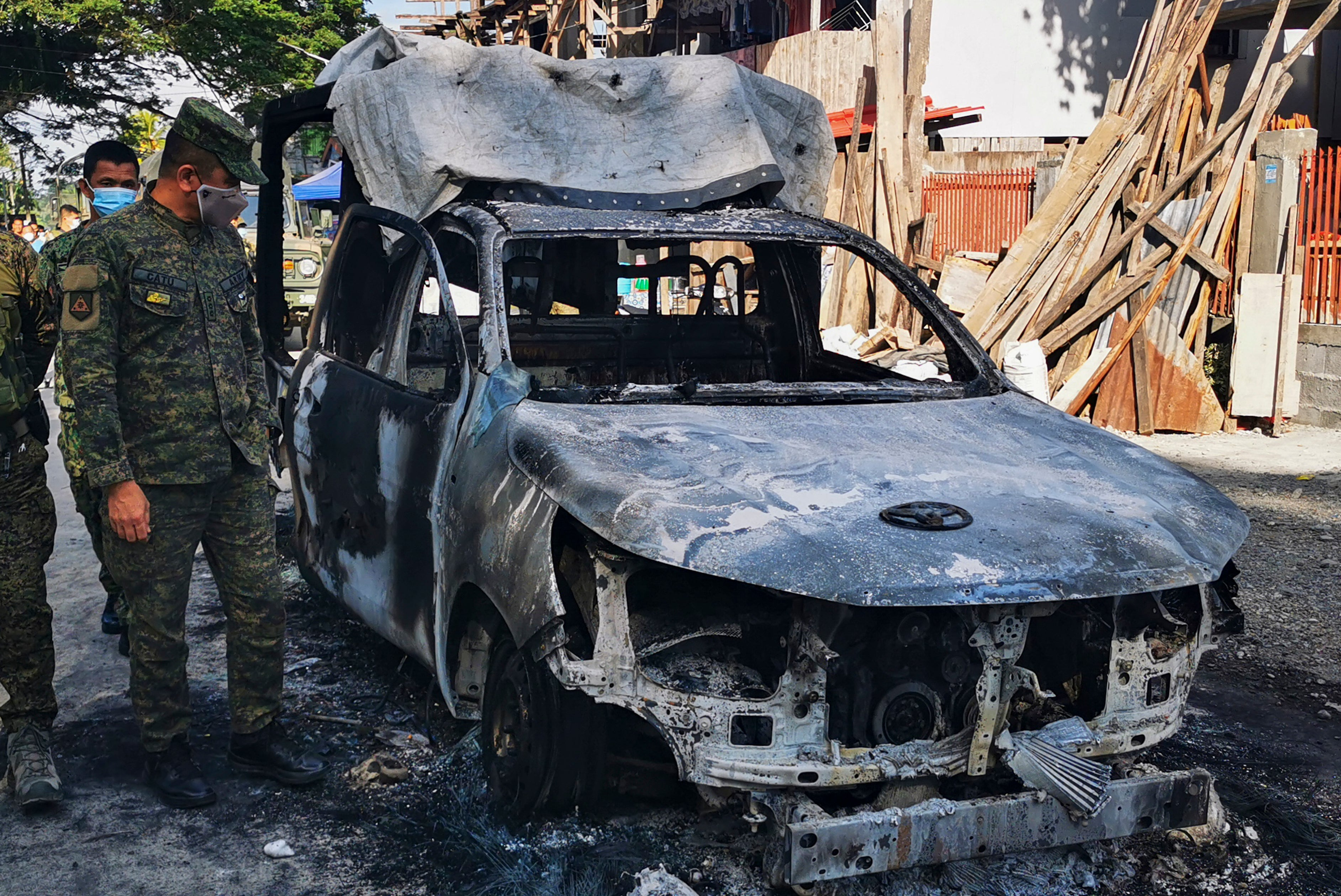 Militants open fire and burn police car in Philippine town - The Independent