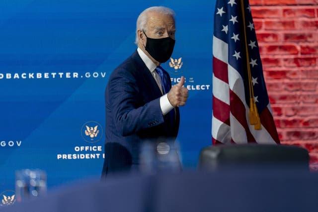 El presidente electo Joe Biden parte luego de dar una conferencia de prensa el martes 1 de diciembre de 2020 en la que anunció un equipo de asesores económicos, en Wilmington, Delaware.