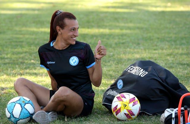<p>La futbolista argentina Mara Gómez espera el inicio de un entrenamiento con su equipo de fútbol femenino de primera división, Villa San Carlos, en La Plata, Argentina, el 14 de febrero de 2020.</p>