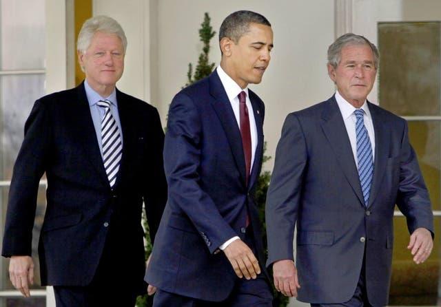 ARCHIVO - En esta fotografía del 16 de enero de 2010, el presidente Barack Obama (centro) sale de la Oficina Oval de la Casa Blanca junto con los expresidentes Bill Clinton (izquierda) y George W. Bush en Washington.