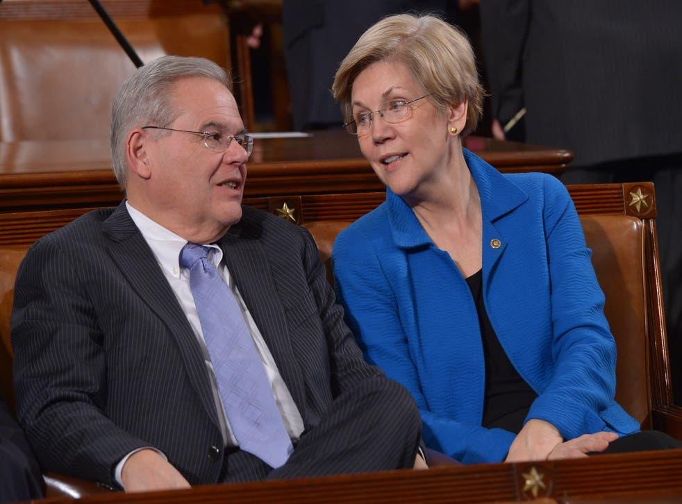 <p>Elizabeth Warren y Bob Mendez hablan ante el discurso sobre el Estado de la Unión del Presidente de los Estados Unidos, Barack Obama, el 20 de enero de 2015 en la Cámara de Representantes del Capitolio de los Estados Unidos.</p>