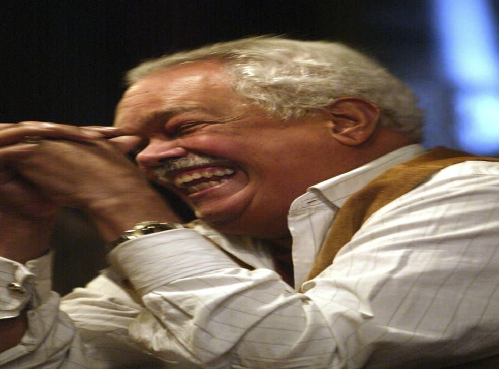 En esta foto del 31 de marzo de 2005, Miguel Algarín, uno de los fundadores del Nuyorican Poets Cafe, ríe durante una entevista en Nueva York. Algarín murió el lunes 30 de noviembre de 2020 en Nueva York. Tenía 79 años.