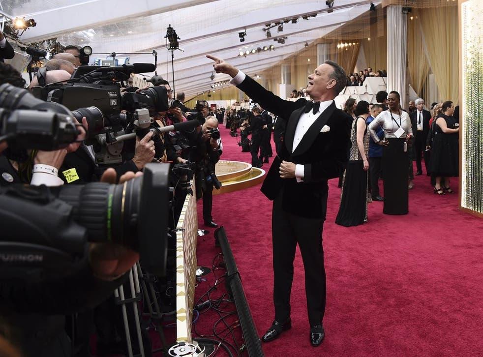 ARCHIVO - Tom Hanks llega a los Oscar en Los Angeles el 9 de febrero de 2020. La temporada de premios de Hollywood se ha vuelto virtual por la pandemia cambiando por completo de rostro.