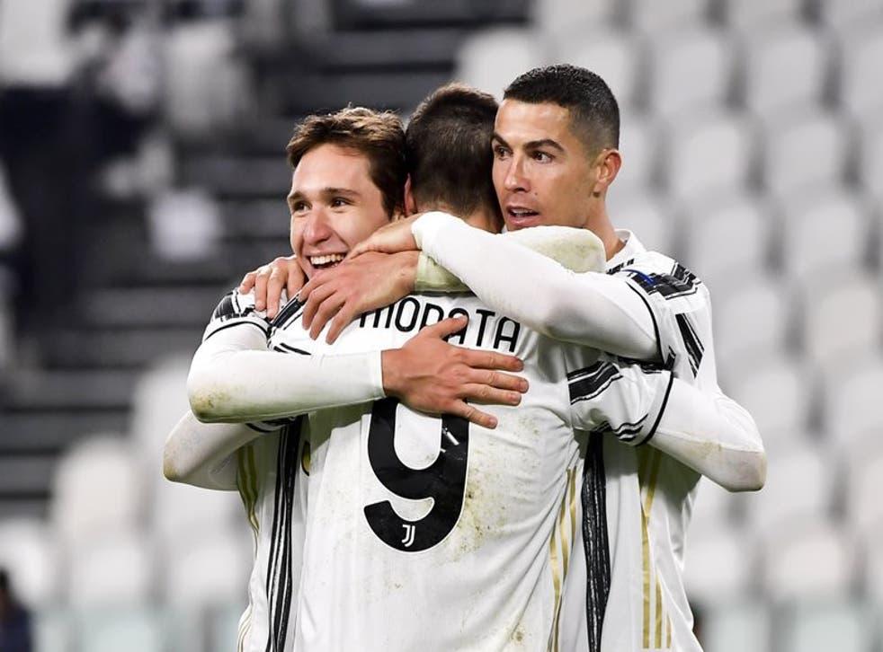 Álvaro Morata, centro, celebra con sus compañeros Federico Chiesa y Cristiano Ronaldo después de un gol de la Juventus durante el partido por el Grupo G de la Liga de Campeones ante el Dinamo de Kiev en el Estadio Allianz de Turín, Italia, el miércoles 2 de diciembre de 2020.